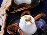 Herzhafte Knoblauch-Panna-Cotta mit frittierten Schwarzwurzeln