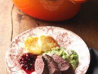 Heu-Gams mit Rahmwirsing und Kartoffelküchlein
