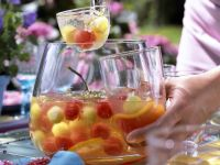 Holunderbowle mit Melonenbällchen