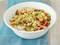 Hühnchencouscous-Salat mit Tomaten und Gurke