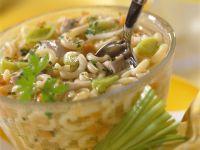 Hühnerbrühe mit Nudeln und Gemüse