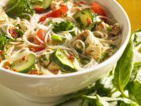 Hühnersuppe mit Gemüse, Nudeln und grünem Pesto