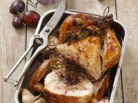 Huhn aus dem Ofen mit Pflaumen gefüllt
