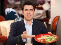 Mann im Business-Outfit beschwert sich über sein Essen