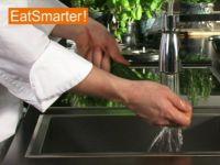 Wie Sie eine Zucchini richtig waschen und putzen