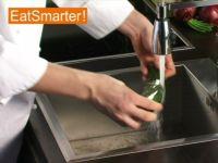 Wie Sie eine Salatgurke ganz einfach waschen, putzen und entkernen