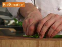 Wie Sie eine Chilischote am besten putzen und in Ringe schneiden