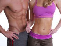 Frau und Mann in Fitnesskleidung mit perfektem Waschbrettbauch