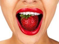Erdbeere verschwindet im Mund
