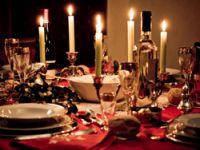 Festlich geschmückter Tisch zu Weihnachten