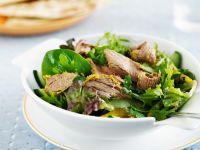 Indisches Lammfleisch auf grünem Salat