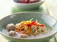 Indonesische Nudelsuppe mit Hackbällchen und Röstzwiebeln