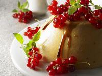Joghurt-Aprikosen-Pudding mit Johannisbeeren