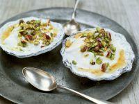 Joghurtdessert mit Honig und Pistazien