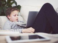 Junge am Laptop