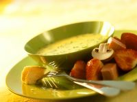 Käsefondue mit Brot, Früchten und Pilzen