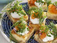 Käseschnittchen mit saurer Sahne und Kaviar
