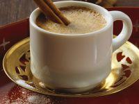 Kaffee Baharat mit Gewürzen und Zimtstange