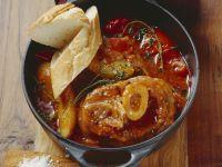 Kalbsbeinscheiben (Osso Bucco) mit Tomaten-Thymian-Soße und jungen Kartoffeln