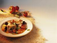 Kalbsschnitzel mit Oliven gefüllt, dazu Tomatensoße