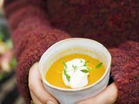 Karotten-Orangen-Suppe mit Meerrettichsahne
