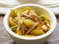Kartoffel-Apfel-Salat mit Sellerie und Wurst