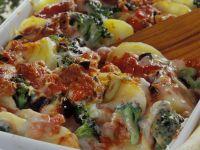 Kartoffel-Gemüse-Gratin mit Brokkoli und Oliven