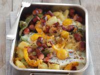 Kartoffel-Wurst-Gratin mit Paprika, Zwiebeln und Ei