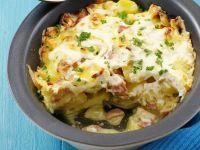 Kartoffelauflauf mit Speck, Zwiebeln und Schmand