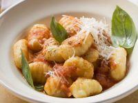 Kartoffelgnocchi mit Tomatensoße und Parmesan