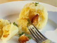 Kartoffelknödel mit Croutons gefüllt