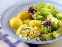 Kartoffeln mit Blattsalat und Joghurtsauce