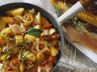 Kartoffelpfanne mit Fisch, Speck und Tomaten