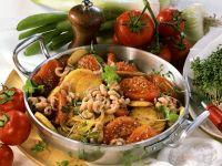 Kartoffelpfanne mit Tomaten, Krabben und Kresse