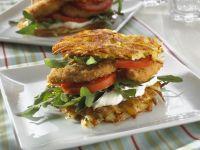 Kartoffelpuffer-Burger mit Frischkäse und paniertem Hähnchen