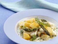Kartoffelragout mit grünem und weißem Spargel