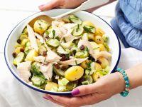 Kartoffelsalat mit Forelle und Rosinen