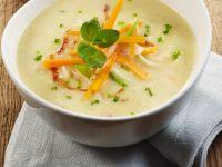 Kartoffelsuppe mit Gemüseeinlage und Speck