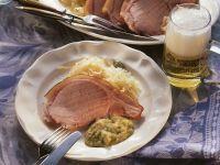 Kassler mit Erbsenpüree und Sauerkraut
