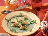 Kerbel-Sahne-Süppchen mit Zucchini und Croûtons