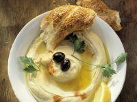 Kichererbsencreme (Hummus) mit Sesambrot