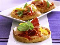 Kleine Käse-Pizzen mit Schinken