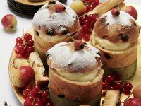 Kleine Panettone mit Vanillecreme gefüllt