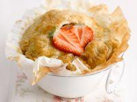 Kleine Pies mit Erdbeeren, Äpfeln und Blätterteig