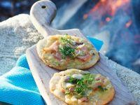 Kleine Pizzen mit Lachs und Fenchel