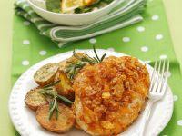Knuspriges Cornflakes-Hähnchen mit Bratkartoffeln