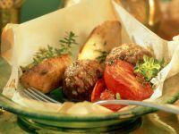 Köfte mit Tomaten und Kartoffelwedges