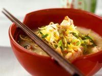 Kokossuppe mit Nudeln und Lachs