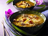Koreanischer Eintopf mit Fleisch, Gemüse und Nudeln