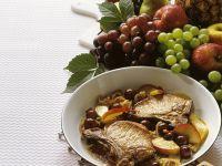Koteletten mit sautierten Trauben und Äpfeln